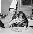 Chimpansees Tilly en Hilda uit Artis eten oliebollen, Bestanddeelnr 918-6184.jpg