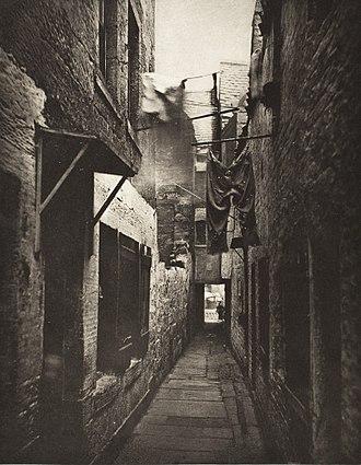 Thomas Annan - Back-alley in Glasgow, 1871