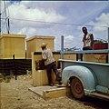 Collectie Nationaal Museum van Wereldculturen TM-20029696 Mannen halen water bij een waterput waarbij het water wordt opgepompt door middel van windkracht Bonaire Boy Lawson (Fotograaf).jpg