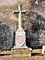 Croix commémorative de la IVe croisade, contre un mur du château.jpg