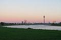 Düsseldorf, Blick vom Rhein in Richtung Norden - Innenstadt zum Fernsehturm.jpg