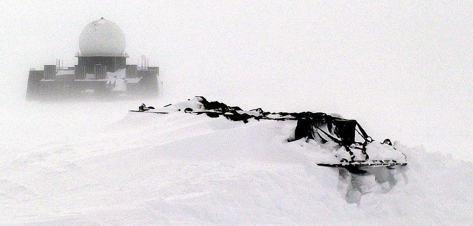 DEW radar site in Greenland (cropped)