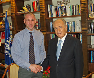 Wikinews - Wikinews reporter David Shankbone with Israeli president Shimon Peres in 2007.