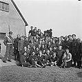 De prins temidden van de bevrijde gedetineerden in het voormalige concentratieka, Bestanddeelnr 900-2560.jpg