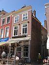 foto van Hoekpand Bonte Ossteeg. Huis onder schilddak met aan de Marktzijde lijstgevel ca. 1800 en aan de achterzijde gevel uit de bouwtijd onder rechte kroonlijst