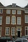 foto van Pand met brede bakstenen gevel met versierde ingangspartij en kuifstuk. Trap en interieurs in Lodewijk XV en Empire-stijl