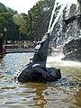 Detalle fuente de Neptuno, cocodrilo (Berlín).jpg