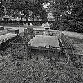 Door een hek omringde grafkelder - Ooltgensplaat - 20377214 - RCE.jpg