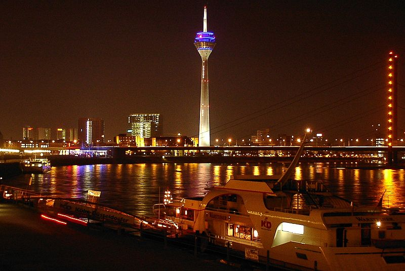 http://upload.wikimedia.org/wikipedia/commons/thumb/4/44/Duesseldorf_riverside_by_night_01.jpg/800px-Duesseldorf_riverside_by_night_01.jpg