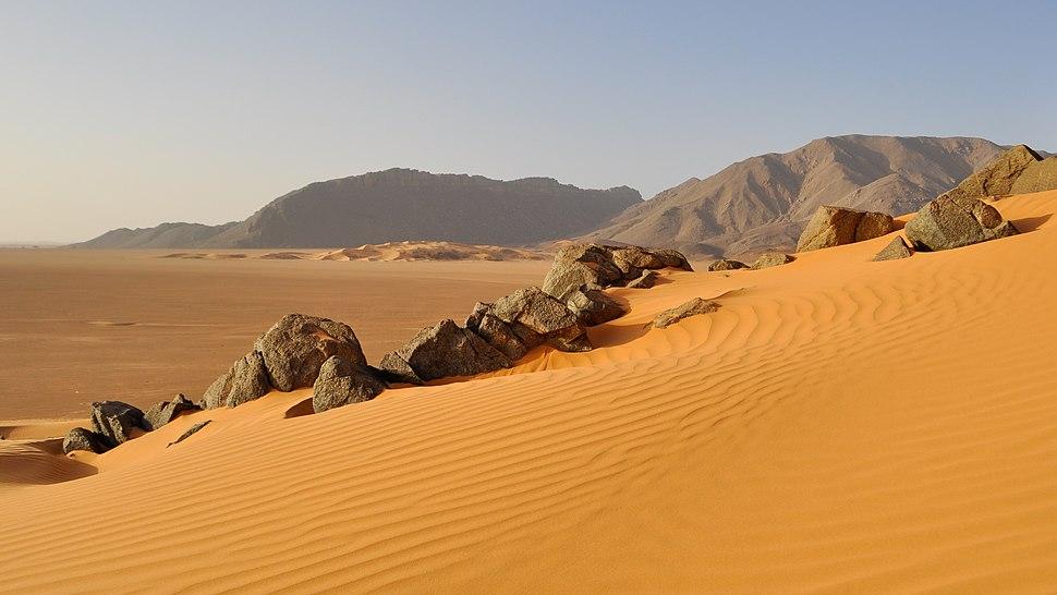 Dune de sable au parc Culturel De l'Ahaggar crop