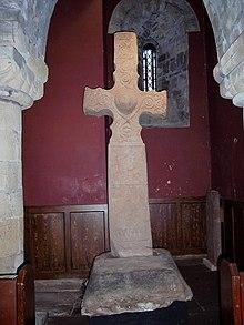 La Dupplin Cross, oggi nella chiesa di San Serf, Dunning, in cui Caustantín mac Fergusa viene commemorato come