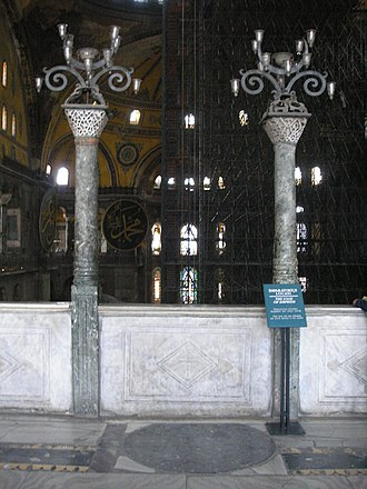 Verd antique columns and disc in the empress's loggia Empress loge Hagia Sophia 2007 006.jpg