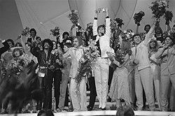 Eurovisie Songfestival 1980 ( Den Haag ) winnaar Johnny Logan in de bloemen, Bestanddeelnr 930-7805.jpg