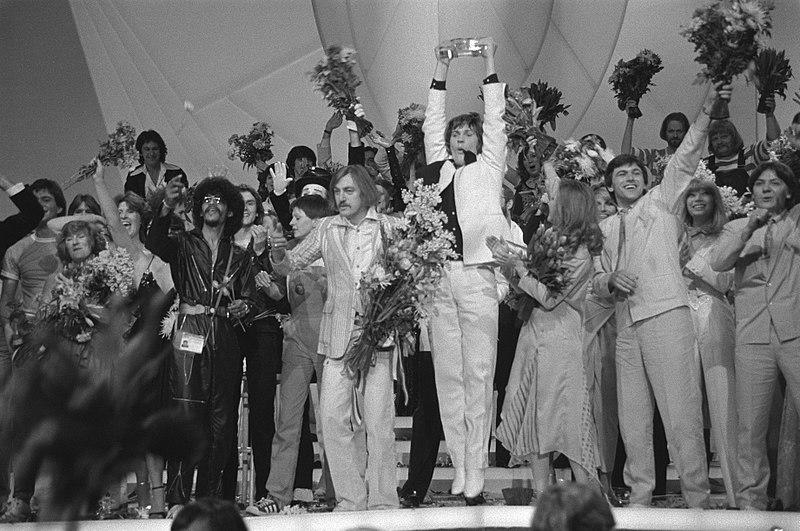 File:Eurovisie Songfestival 1980 ( Den Haag ) winnaar Johnny Logan in de bloemen, Bestanddeelnr 930-7805.jpg