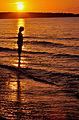 File 120, Kind im Sonnenuntergang am Meer.jpg