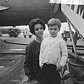 Filmster Dana Wynter met zoon Mark op Schiphol, Bestanddeelnr 915-5583.jpg