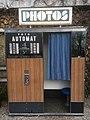 Fotoautomat (schwarz-weiß) im Parc des Buttes-Chaumont, Paris.jpg