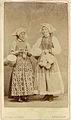 Fotografi på två kvinnor i sockendräkt - Nordiska Museet - NMA.0043727.jpg