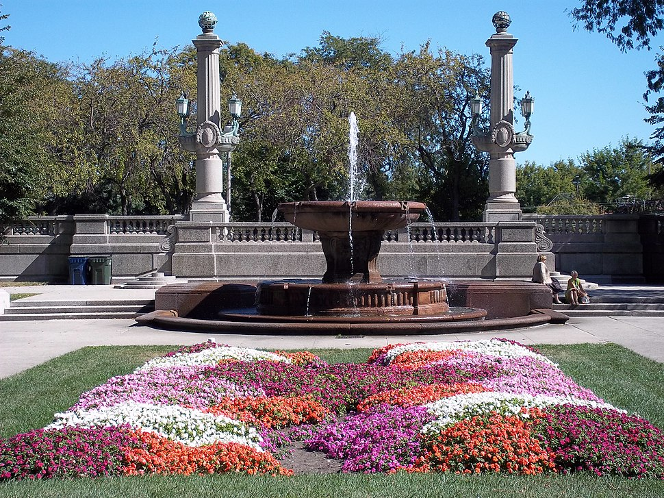 Fountain and garden in Grant Park Chicago100 0026