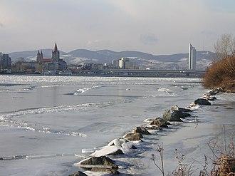 Geologic hazards - Image: Frozen Danube Reichsbrücke