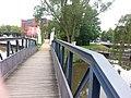 Fußgängerbrücke mit geradem Geländer im Stahlträger-Look - panoramio.jpg