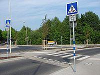 Fussgaengerueberweg an einem Kreisverkehrs-Bypass.jpg