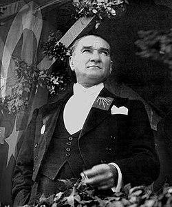 Atatürk'ün cumhuriyetin onuncu yıl kutlamalarının yapıldığı 29 Ekim 1933 günü çekilen fotoğrafı