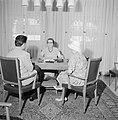 Golda Meir, minister van buitenlandse zaken van Israel, met bezoekers aan tafel , Bestanddeelnr 255-4315.jpg