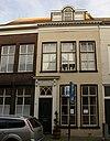 foto van Pand van vijf vensterassen breedte onder zadeldak, waarin getoogde dakvensters met vleugelstukken