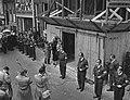 Herdenking bij het Anne Frankhuis , mevrouw Wijsmuller hangt namens Stevens de k, Bestanddeelnr 910-3045.jpg