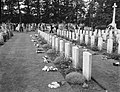 Herdenking strijd Arnhem, Airbornekerkhof, bloemen leggen door kinderen, Bestanddeelnr 906-7267.jpg