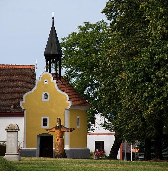 """File:Holasovice - Eccezionale esempio di tipico villaggio in stile """"barocco popolare della Boemia"""" - Patrimonio Unesco - panoramio.jpg"""