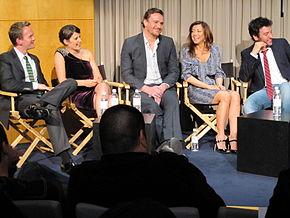 Il cast originale di HIMYM (stagioni 1-8) alla festa per il 100º episodio: Neil Patrick Harris, Cobie Smulders, Jason Segel, Alyson Hannigan e Josh Radnor.