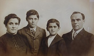 Ralph Horween - Horween (second from left) with his parents and brother Arnold