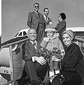 John Glenn met zijn vrouw Anna Margaret Castor en zoontje poserend op de vliegtu, Bestanddeelnr 918-2876.jpg