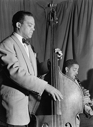 Buster Bailey - John Kirby (standing) and Buster Bailey (seated), Washington D.C., ca. Mai 1946.  Photography by William P. Gottlieb.
