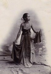 KITLV 180609 - Kassian Céphas - Studio picture of a young woman from the Principalities - Around 1900.tif