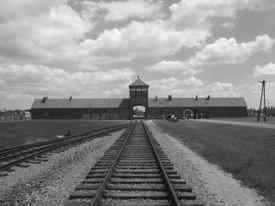 「死の門」・アウシュヴィッツ第二強制収容所(ビルケナウ)の鉄道引込線