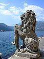 Kamienny lew i Zatoka Kotorska w Peraście 01.jpg