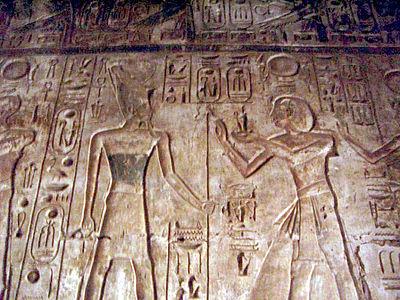 Ramsès IV offre une statuette Maât à Atoum.
