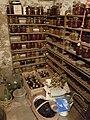 Kellerregal mit Weckgläsern und Flaschen.jpg