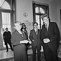 Koningin Juliana krijgt op Paleis Huis ten Bosch zilveren jubileum tientje en ju, Bestanddeelnr 926-6571.jpg
