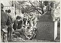 Kranslegging bij het oorlogs- en verzetsmonument aan de Rijksstraatweg.jpg