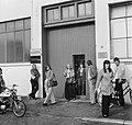 Kwatta-chocoladefabriek te Breda in moelijkheden, meisjes verlaten fabriek, Bestanddeelnr 926-6760.jpg