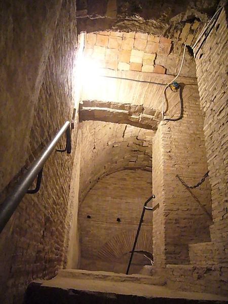 File:Laterano scavi - percorsi nella stratificazione delle murature 1190346.JPG