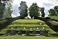Les fontaines dans l'herbe (28978909835).jpg