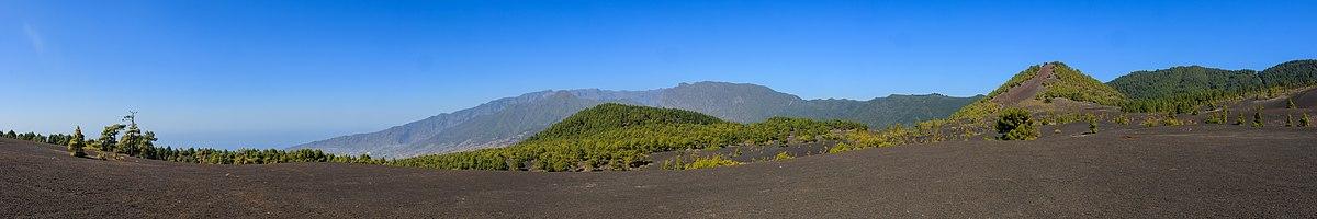 View from the Llano del Jable to the Montaña Enrique (left) and the Montaña Quemada (right), in the background the Caldera de Taburiente, La Pama