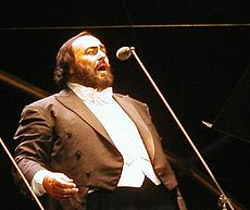 Luciano Pavarotti 15.06.02 cropped2.jpg