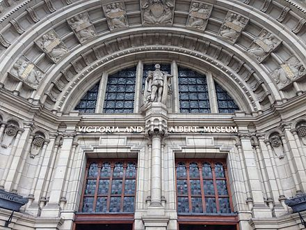 Details of the main entrance Main entrance of Victoria and Albert Museum.JPG