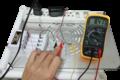 Medición del voltaje de un circuito usando un multímetro.png